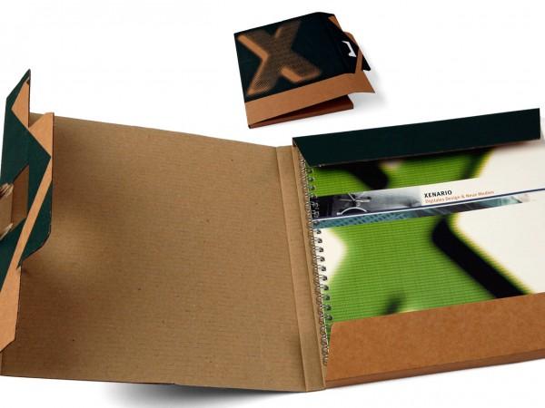 Broschüre und Transportverpackung